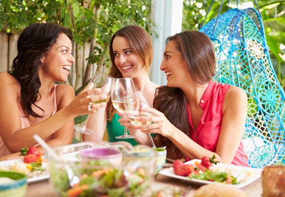 three-women-at-brunch-celebrating_web